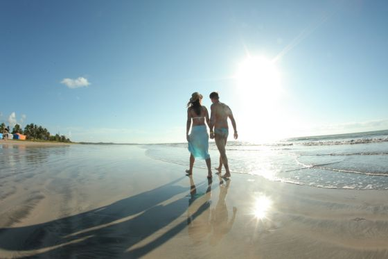 imagens_Salinas-do-Maragogi-All-Inclusive-Resort_full_Casal-na-praia-04